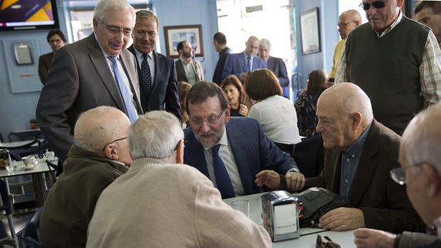 Mariano Rajoy junto a un grupo de jubilados en 2015