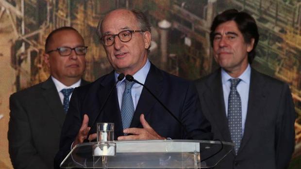 Antonio Brufau, en primer término, Pedro Pablo Kuczynski (a la izq.) y Manuel Manrique , durante el acto