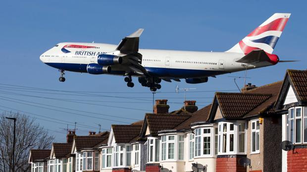 Avión de British Airways aterriza en Heathrow