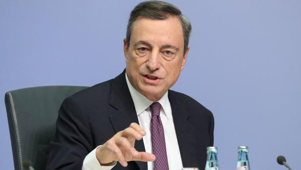 Draghi ofrece una rueda de prensa este jueves para explicar la reducción del programa de estímulos del BCE