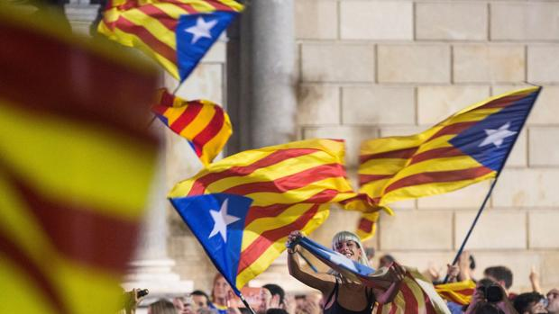 Banderas independentistas en una manifestación. La deuda ha galopado, durante años, en paralelo al creciente órdago del nacionalismo