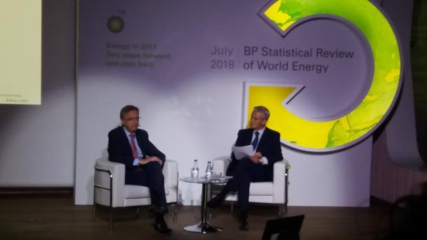 Luis Aires, presidente de BP España, a la izquierda, hoy, durante la presentación