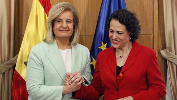 Fátima Báñez, exministra de Empleo (dcha.) y Magdalena Valerio, ministra de Trabajo, en el traspaso de carteras