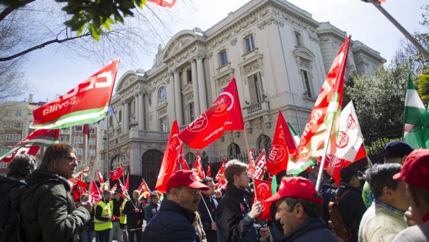 Manifestación de trabajadores de Endesa en marzo pasado frente a la embajada de Italia en Madrid