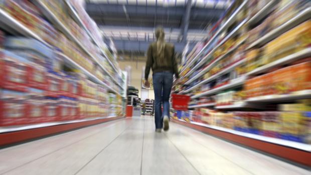 Supermercado con productos envasados