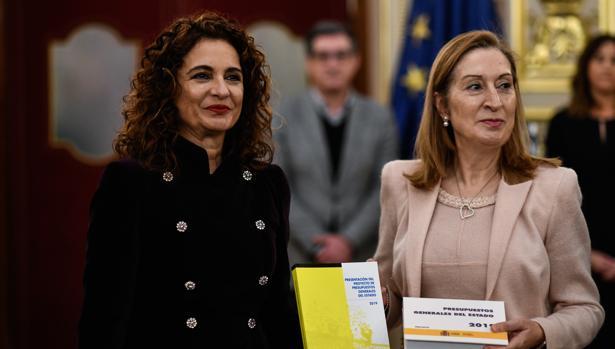 La ministra de Hacienda, María Jesús Montero, presenta el propyecto de Presupuestos a la presidenta del Congreso, Ana Pastor