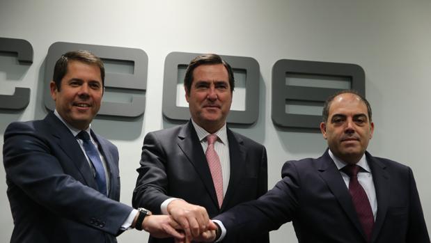 Lorenzo Amor (primero por la derecha), presidente de ATA, junto a los máximos responsables de CEOE Antonio Garamendi (centro) y de Cepyme, Gerardo Cueva