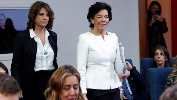 Las ministras de Justicia, Dolores Delgado, y de Educación, Isabel Celaá, ayer antes de la rueda de prensa del Consejo de Ministros