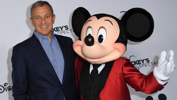 El CEO de Walt Disney Company, Robert Iger, posa con Mickey Mouse