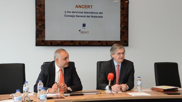 El consejero delegado de Ancert, Mario Abascal, y el vicepresidente del Notariado, José Luis LLedó