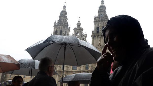 El viento y la lluvia jugaron una mala pasada a peregrions y turistas en Santiago de Compostela ayer