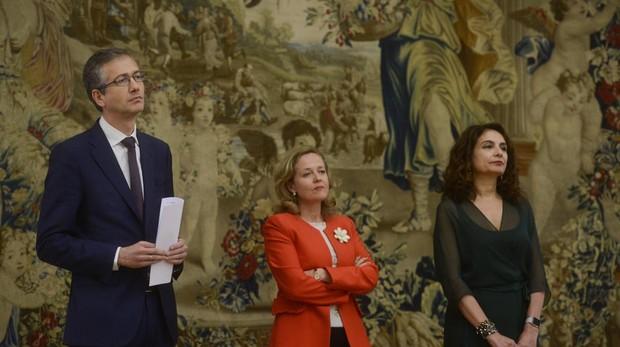 El gobernador del Banco de España, Pablo Hernández de Cos, junto a la ministra de Economía, Nadia Calviño, y la de Hacienda, María Jesús Montero