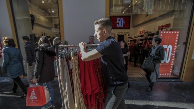 Las rebajas lastran las ventas de la moda a precios de temporada, según Acotex