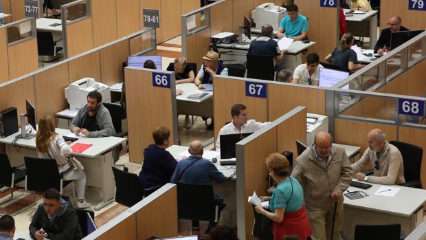Funcionarios atienden las consultas durante la campaña de la Renta 2018