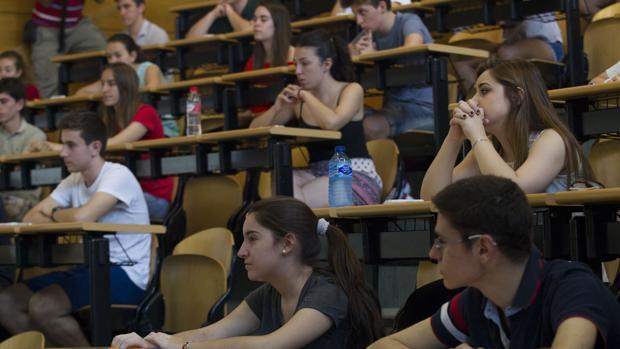 La mayor parte de las ofertas de empleo que exigen formación universitaria se concentra en la Comunidad de Madrid
