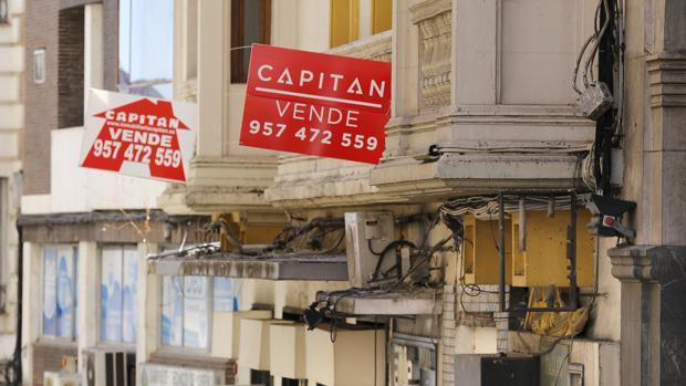 Dos carteles de «Se vende» en Málaga