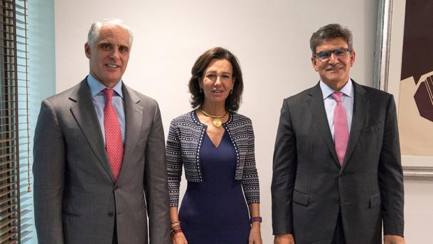 La presidenta de Banco Santander, Ana Botín, junto al el italiano Andrea Orcel (izda), y el actual CEO, José Antonio ÁLvarez a quien aspiraba a suceder