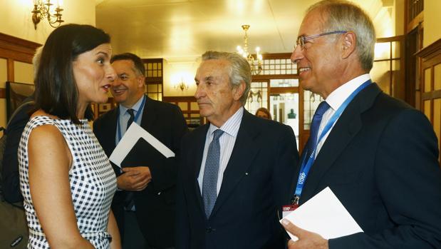 La alcaldesa de Santander, Gema Igual, el presidente de la CNMC, José María Marín, y el presidente de Viesgo, Miguel Antoñanzas, esta mañana