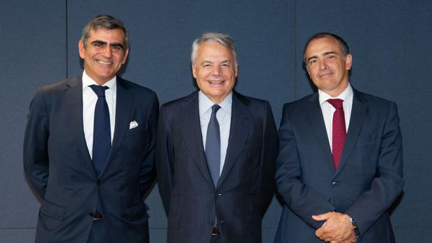 De izda a dcha: Juan Cruz, CIO de Cygnus, el presidente de Mutual Madrileña Ignacio Garralda y Emilio Ortiz, CIO de Mutuactivos