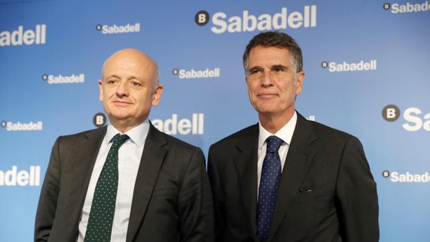 El economista jefe del Banco Sabadell, Tomás Varela, y el consejero delegado, Jaime Guardiola, durante la presentación de resultados de la entidad financiera