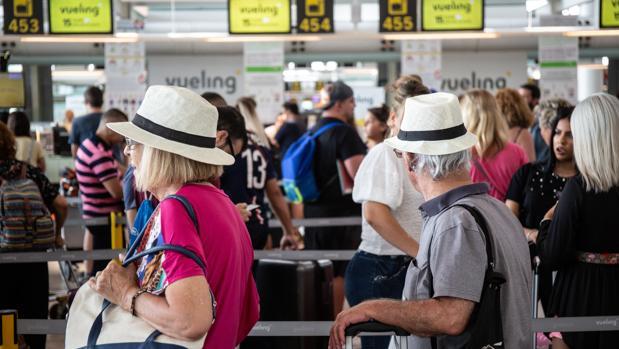 Pasajeros durante la huelga del personal de tierra de Iberia en el aeropuerto de El Prat