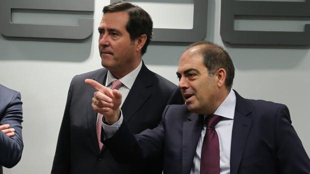 El presidente de CEOE, Antonio Garamendi, con el de ATA, Lorenzo Amor