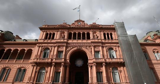 Nubarrones sobre la Casa Rosada, sede la presidencia de Argentina