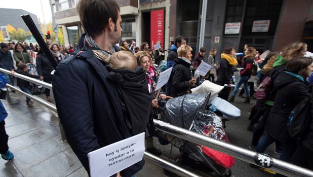 Imagen de una protesta por el pago del IRPF en la prestación por maternidad