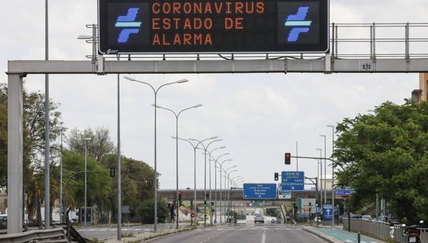Carretera casi vacía en Sevilla durante el estado de alarma