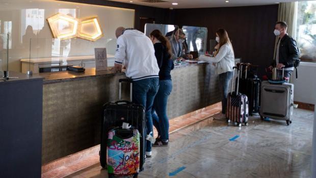 Las noches de hotel de los extranjeros superan a las de los españoles por primera vez desde la pandemia