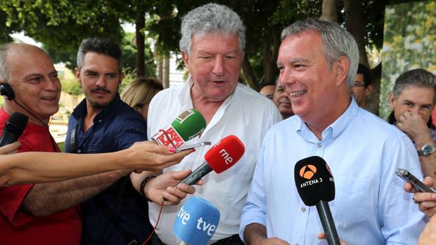 - Los candidatos de la coalición electoral PSOE-NC Sebastián Franquis (d) y Pedro Quevedo, el pasado día 24