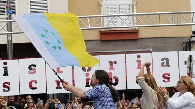 Pablo Iglesias con la bandera canaria de las siete estrellas verdes
