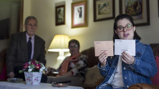 Beatriz Menasalvas muestra su apuesta electoral para el Senado y el Congreso, perfectamente sellada y «secreta», en presencia de sus padres, Alfonso y Pilar