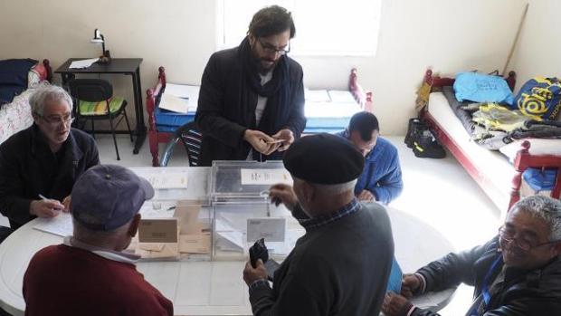 Los vecinos de Melide (La Coruña) acudieron a votar a una antigua escuela