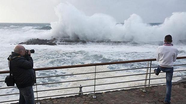 Un hombre fotografía el fuerte oleaje en Bajamar, en Tenerife