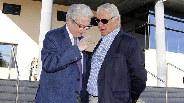 El abogado de Navarro, Javier Boix, conversa con el exsecretario municipal a la salida del juzgado