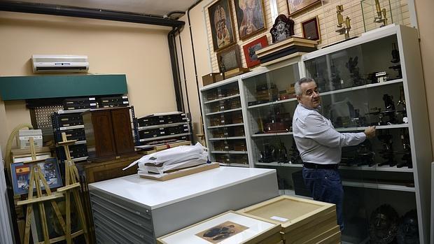 El investigador Juan de Carlos atiende el Legado de Cajal