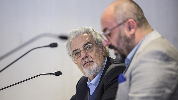 Imagen de Plácido Domingo junto al director de Les Arts