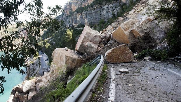 Estado en el que quedó la carretera tras el desprendimiento