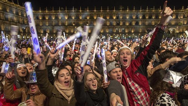 Cientos de jóvenes celebran la Nochevieja Universitaria