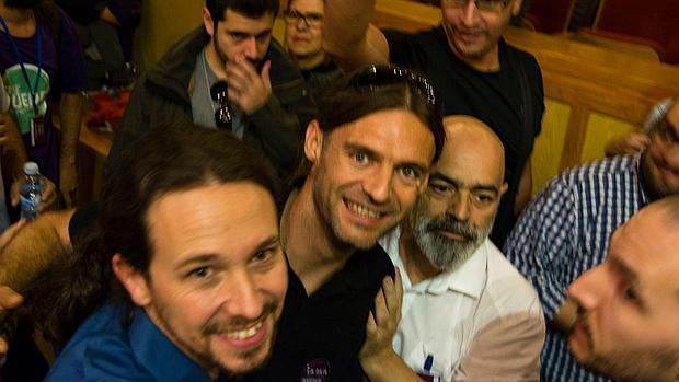 Autofoto colgada por Galindo (centro), con Iglesias, en Lanzarote