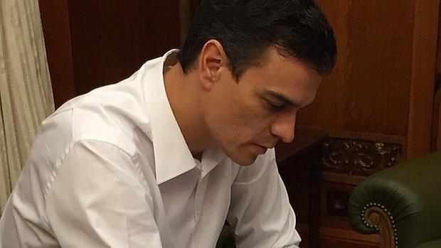 Sánchez prepara su discurso tras el anuncio del Rey