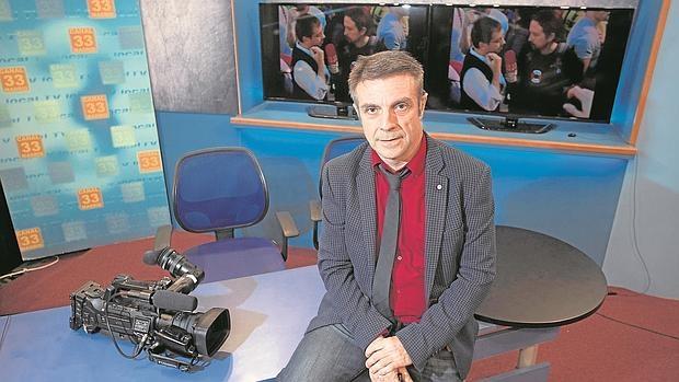 Enrique Riobóo, en el plató de Canal 33 desde el que Pablo Iglesias hacía «La Tuerka»