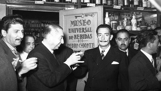 Fotografía de Contreras a Dalí en el Museo de bebidas de Pedro Chicote, con el famoso barman