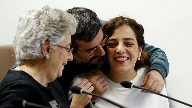 La delegada de Cultura del Ayuntamiento de Madrid, Celia Mayer, saludada por compañeros