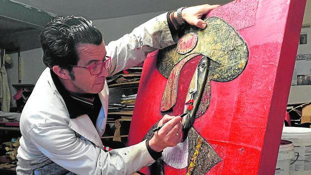 El artista ejecuta una de sus obras en su estudio de Toledo