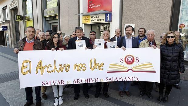 La Asociación Salvar el Archivo de Salamanca entrega más de 30.000 firmas en la Delegación del Gobierno de Cataluña en Madrid