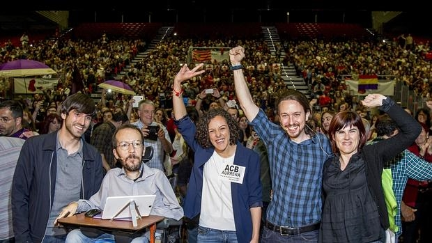 Iglesias y Echenique, junto a miemros de Podemos Euskadi, antes del acto