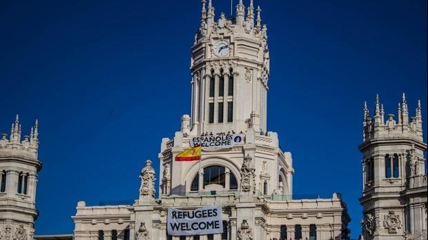 Fotografía de la fachada del Ayuntamiento de Madrid con la pancarta «Españoles Welcome»