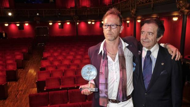 El poeta zamorano Jesús Losada junto con el director del Teatro Zorrilla, Enrique Cornejo
